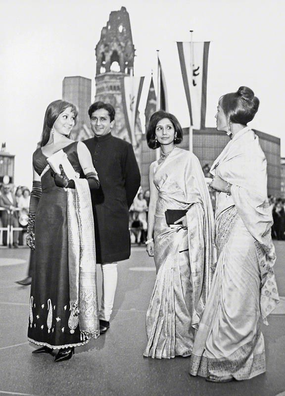 """memories-of-indian-cinema: """" Shashi Kapoor with the Kendal sisters and Madhur Jaffrey. Shashi Kapoor was married to Jennifer Kendal, herself an actress who, at the time they met, was touring with the..."""