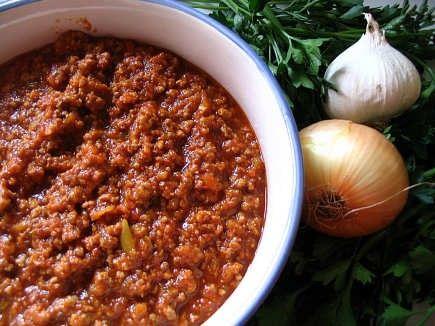 De traditionele bolognese saus is inmiddels een klassieker geworden. Leuk hè, de buitenlandse keuken wordt al klassiek. Toch geniet ik nog regelmatig van de verse saus zoals de Italianen dat