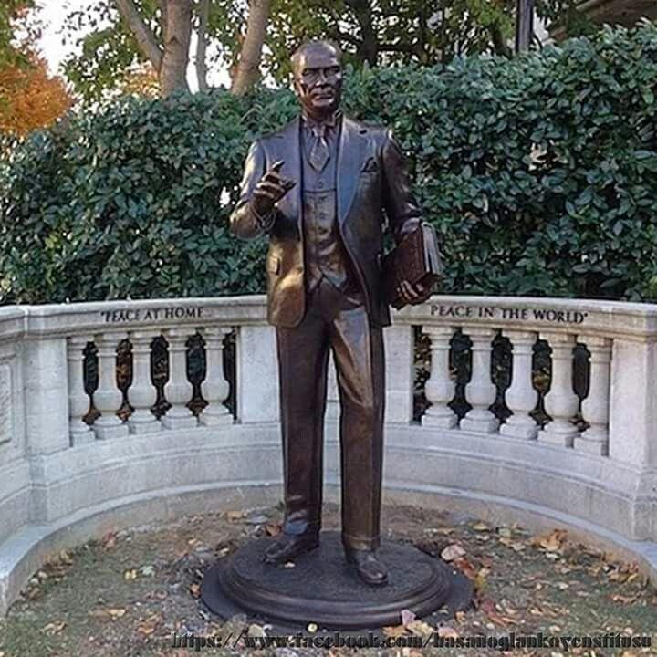 Amerika'da kamusal alana, elinde NUTUK'la yapılan ilk ATATÜRK heykeli.