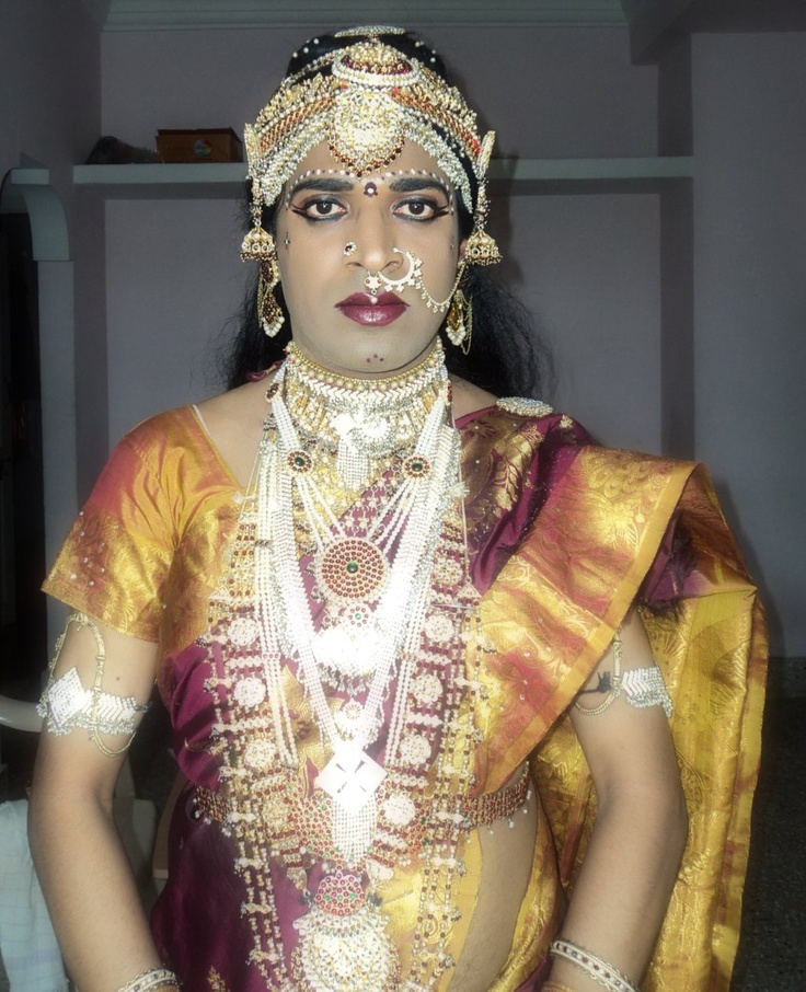 Beautiful desi mysore aunty in low hip saree in public - 2 7