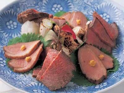山本 麗子さんの牛もも肉を使った「和風ローストビーフと合鴨のロースト」のレシピページです。オーブンを使わず、フッ素加工のフライパンで手軽につくります。 材料: 牛もも肉、合鴨むね肉、A、ねぎ、青じその葉、大根おろし、練りがらし、塩、こしょう、サラダ油