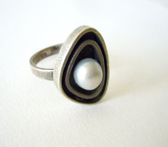 Merle Boyer (Hawaii-USA), modernist sterling silver and pearl ring, 1950s. #usa   peculiarjewelry.com x etsy
