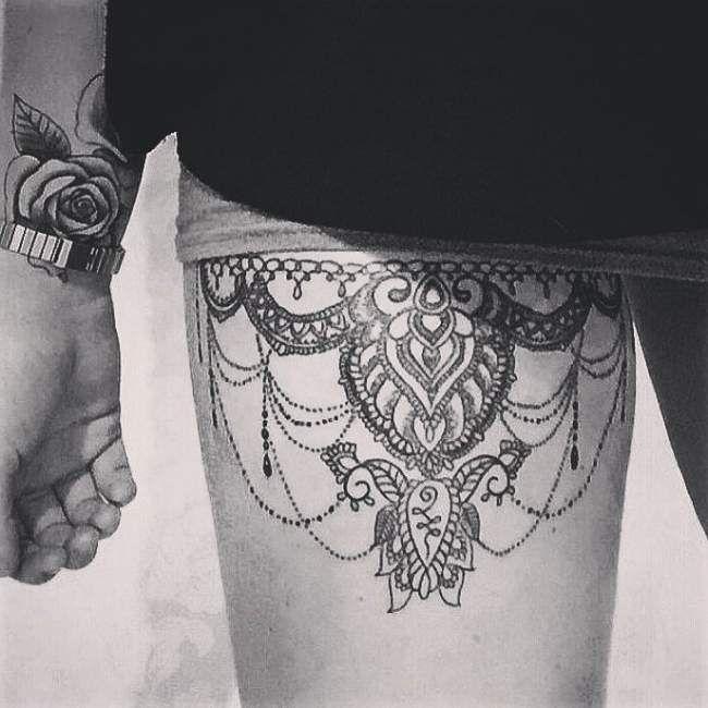 Tatouage femme Jarretière Noir et gris sur Cuisse