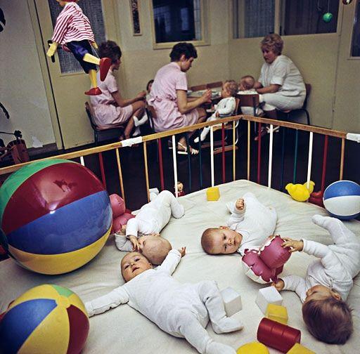 Die meisten Mütter in der DDR gingen schon nach wenigen Wochen wieder arbeiten. Dann kamen die Kleinen in die Krippe.