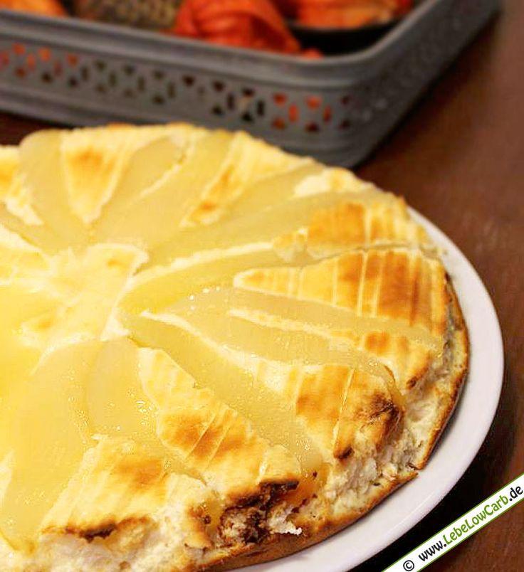 Der Sommer geht zu Ende. Es ist Birnenzeit! Saftiger Low Carb Käse-Birnen-Kuchen mit Birkenzucker als Zuckerersatz. Jetzt backen und in 55 Min. genießen ... #lowcarb #kuchen #birnen Mehr Low Carb Rezepte für Backwaren auf http://www.lebelowcarb.de/low-carb-rezepte-fuer-backwaren.html
