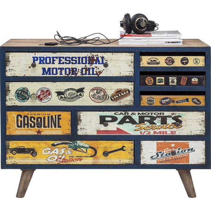 Συρταριέρα Garage Style (9 συρτάρια) Υπέροχη συρταριέρα με νεανική διάθεση και vintage look. Σκελετός από ξύλο έλατου, συρτάρια από MDF με επικάλυψη από αυτοκόλλητη τυπωμένη επιφάνεια από χαρτί με τεχνητή παλαίωση, και μεταλλικά χερούλια.
