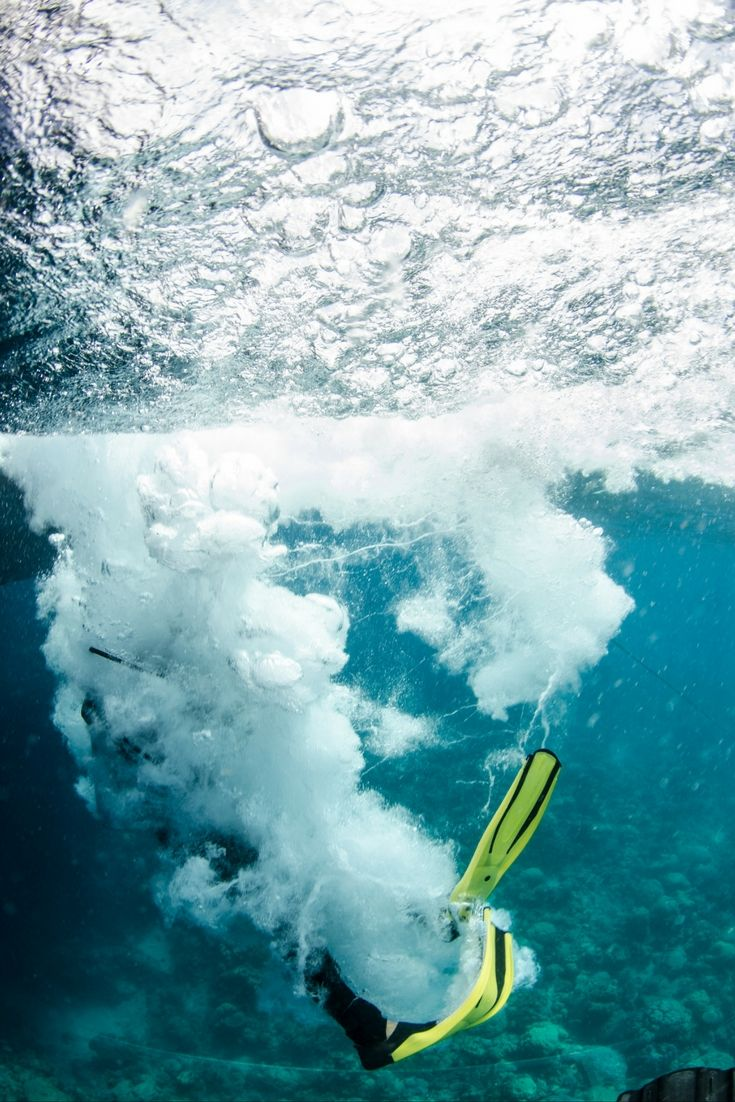 A big splash as you enter the #GreatBarrierReef for a scuba dive