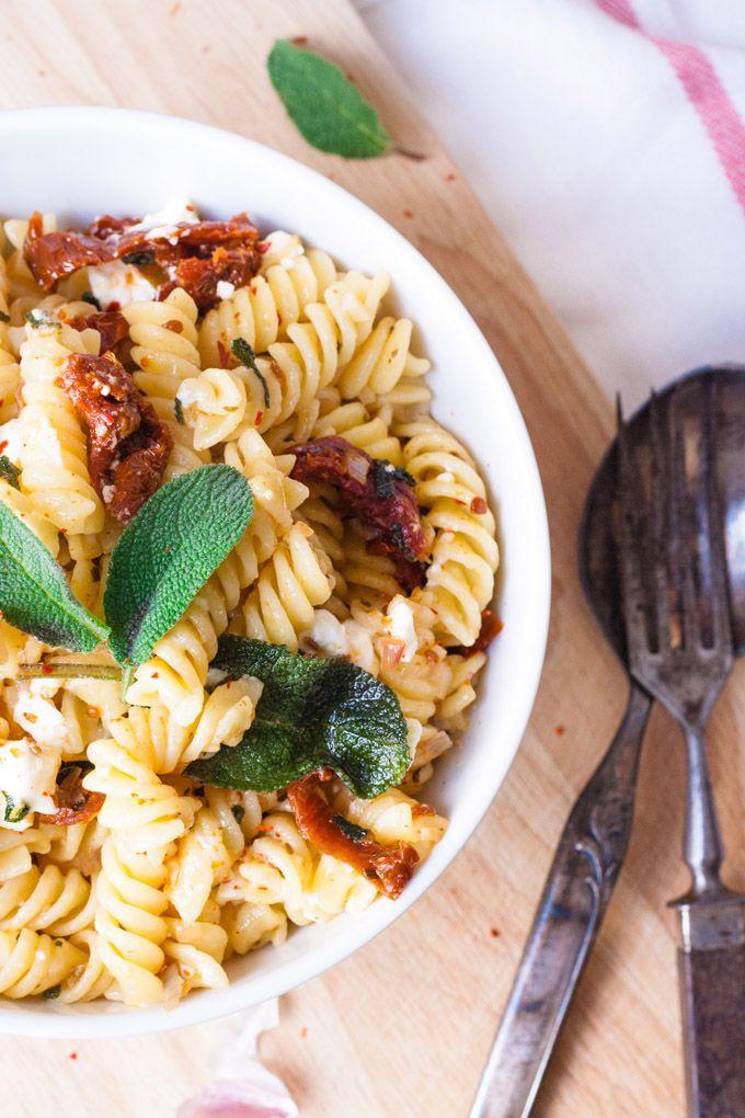 Gigantisch gute Pasta mit Salbei, getrockneten Tomaten und Feta