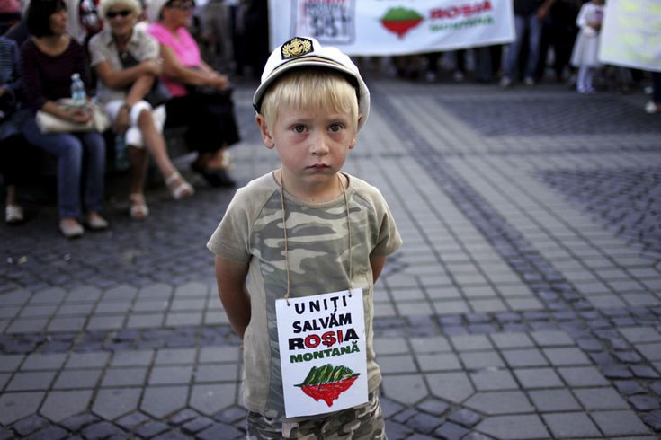 Un copil participă la protestul faţă de exploatarea minereurilor din perimetrul #rosiamontana, în Piaţa Mare din Sibiu, duminică, 8 septembrie 2013. (  Ovidiu Dumitru Matiu / Mediafax Foto  ) - See more at: http://zoom.mediafax.ro/news/protestele-lunii-septembrie-11383258#sthash.WbQolVgX.dpuf