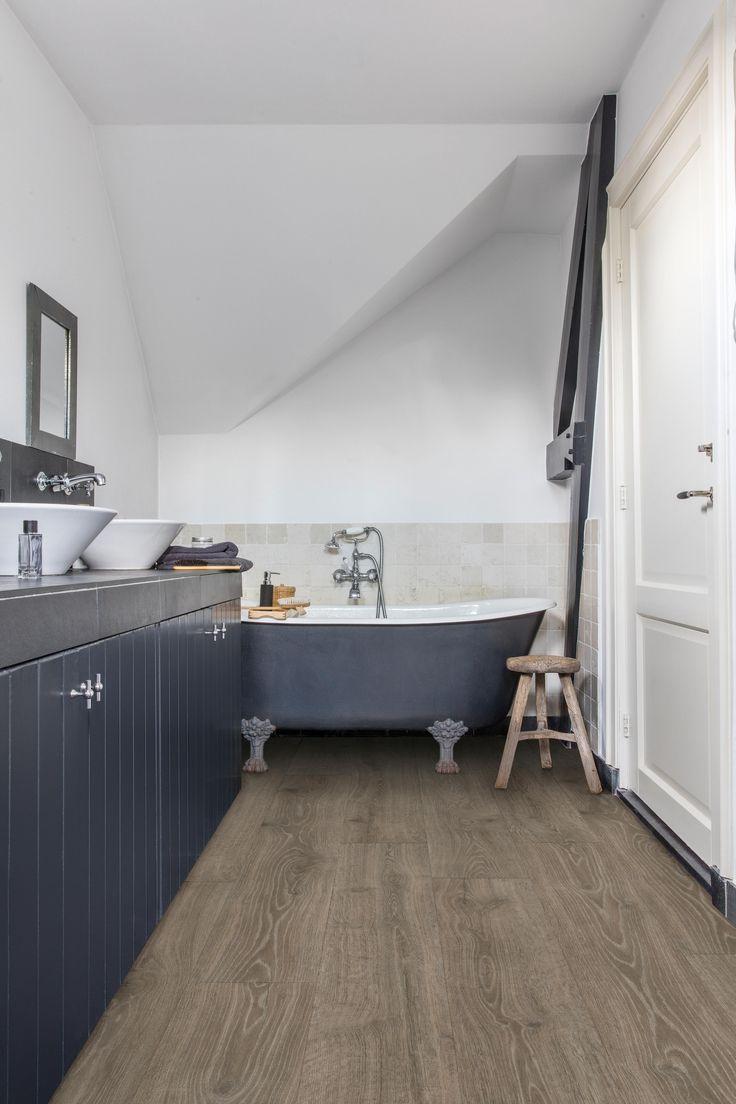 Quick Step Sol Stratifie Eligna Woodland Oak Brown Mj3548 Dans Une Salle De Bain Classique Cliquez Ici Pour Trouver V Waterproof Bathroom Flooring Best Bathroom Flooring Classic Bathroom