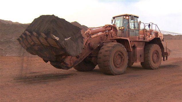 Les géants miniers BHP Billiton , Rio Tinto et Vale ne cessent d'augmenter leur production de minerai de fer, au risque de submerger le deuxième marché mondial de matières premières.                   Sur le marché du transport maritime, les prix du minerai de fer, qui ont déjà baissé de 10 % depuis le début de l'année, devraient descendre d'ici 2013 à leur plus bas niveau depuis quatre ans.