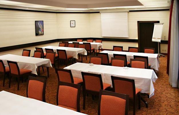 """Der 66 m² grosse Konferenzraum """"Salon President"""" ist für bis zu 40 Personen je nach Bestuhlung geeignet:  U-Form für 25 Personen, Klassenzimmer für 35 Personen, Theater für 40 Personen oder Square für 24 Personen. - http://daspresidenthotel.com/de"""
