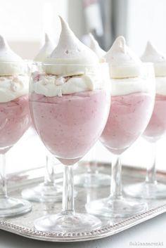 Mousse de fressas con merengue de chocolate blanco