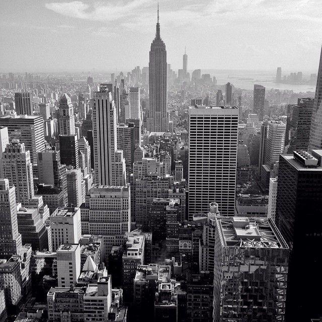 The city that never sleeps. Closing New York with the best style. Photo by @daniriegophoto  #rockfellercenter #rooftop #photo #newyork #trip #view #daniriegophoto  @nyctme @newyork @new_york_city_photo @newyork_instagram @topnewyorkphoto @nytimestravel @ig_nycity @instanewyork @instagramnyc @nycgo