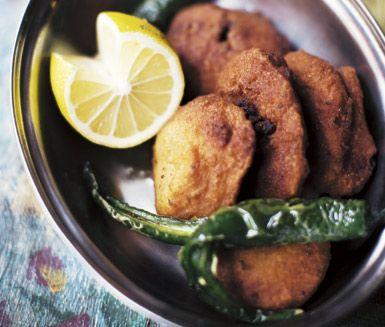 Vadas är kryddiga friterade indiska små kakor gjorda av linser, lök, kajennpeppar, spiskummin, fänkålsfrön och koriander. Fritera dina vadas i rapsolja och servera dem varma.