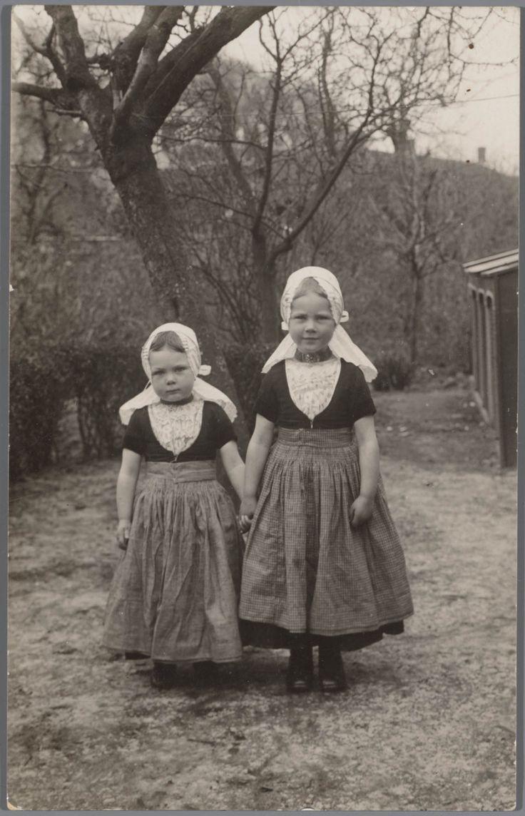Twee meisjes in Walcherse streekdracht. #Zeeland #Walcheren