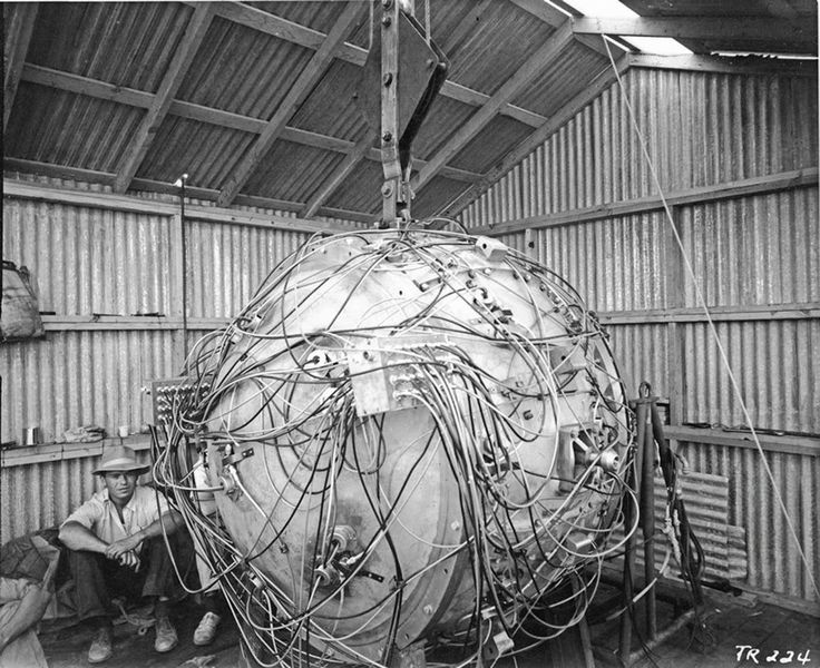 """""""The Gadget"""" the first nuclear bomb detonated at the Trinity test site in Alamogordo New Mexico on July 16 1945 [1600x1305]"""