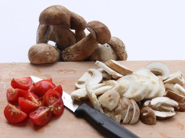 HAMBURGER ALLA BOSCAIOLA  1/5 - Pulite i funghi e tagliateli a fette. Pulite il cipollotti ed affettateli, dividete la pancetta a cubetti, tagliate i pomodorini a spicchi, lavate e tritate il prezzemolo. In una padella con 2 cucchiai di olio fate dorare lo spicchio d'aglio leggermente schiacciato, aggiungete i funghi e fateli rosolare a fuoco vivace quindi salateli e teneteli da parte. #fileni #pollo #ricette #cucina #cooking #recipes