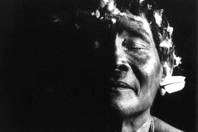 Claudia Andujar dedicou boa parte da carreira como fotógrafa a registrar de maneira jornalística, documental e etnográfica a vida da tribo dos Yanomamis durante os anos 1970 e 1980 com imagens em preto e branco de contraste e jogo de luzes de extrema qualidade estética. A fotógrafa nasceu na Suíça em 1931, mas mudou para (...)