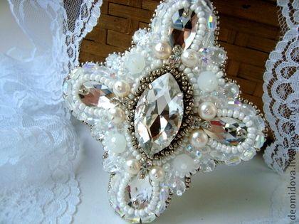 Кулон-крест с кристаллами, жемчугом и хрусталем. - белый,крест,кулон крест