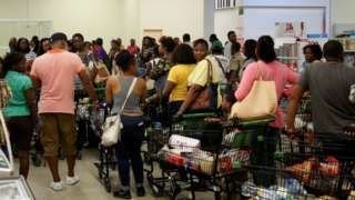 Jamaicans flock to the supermarkets to take care of last minute shopping pending the arrival of Hurricane Matthew in Kingston (30 September 2016)