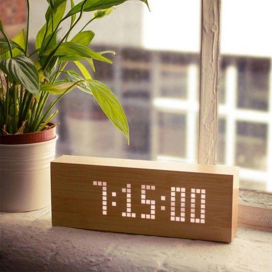 Top 50  - Click Message Clock van hout met led-lampjes - Klok gemaakt van stijlvol hout met persoonlijke led-berichten.