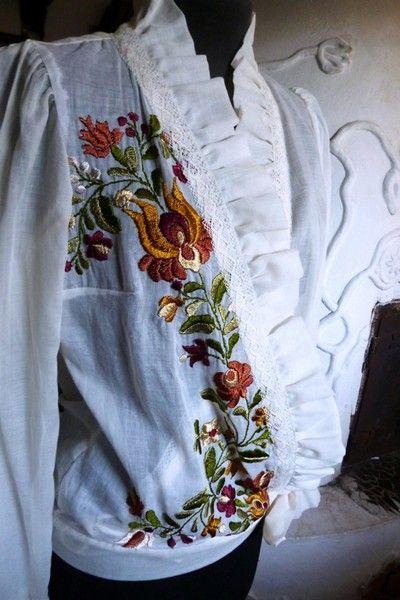 Matyó hímzés férfi női ruhák.                                                                                                                                                                                 More