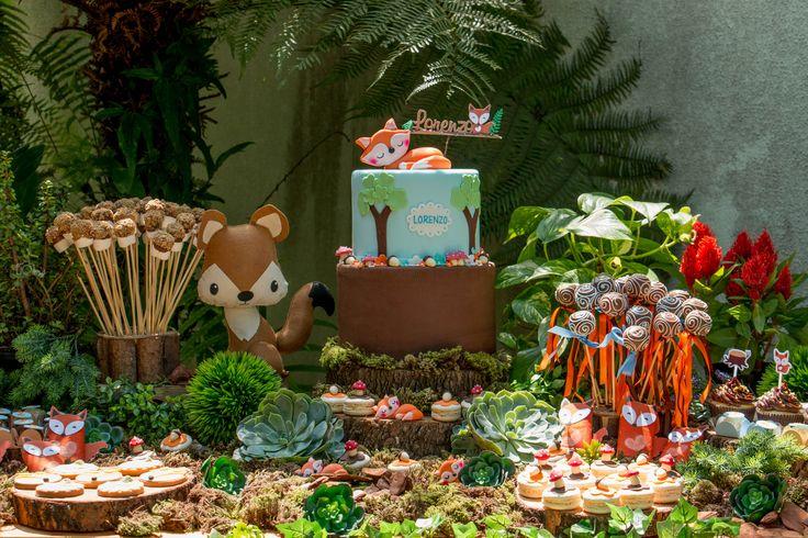 Chá de bebê delicadinho e em cores pastel? Não necessariamente. Veja as fotos de um no tema floresta, cheio de raposas e de verde. Lindo demais!