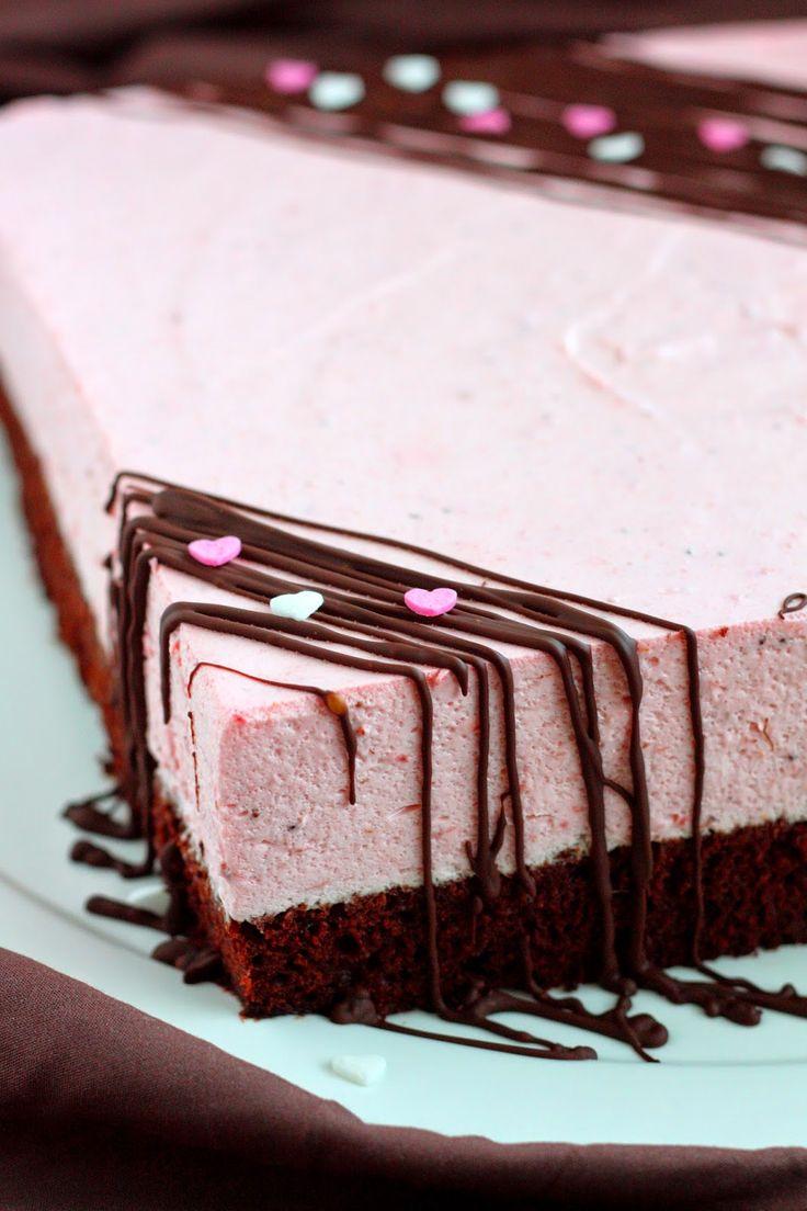 Suklaapossu: Silkinpehmeä mansikkamoussekakku mehevällä suklaapohjalla