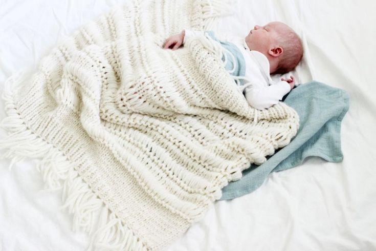 BABY BOHO: Ministrikks eget babyteppe er romantisk, skjønt og full av kjærlighet. Akkurat som en vaskeekte bohem. Strikkes på P 10 eller 12. Materiale: Dobbel Hexa/Sandnes Easy.