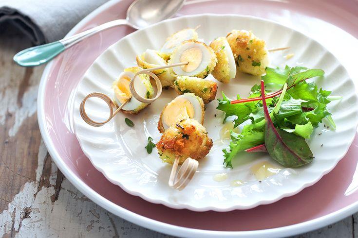 Le uova di quaglia è più delicate di quelle di gallina. Fritte e infilzate in spiedini sono un bocconcino sfizioso. Scopri la ricetta di Sale&Pepe.