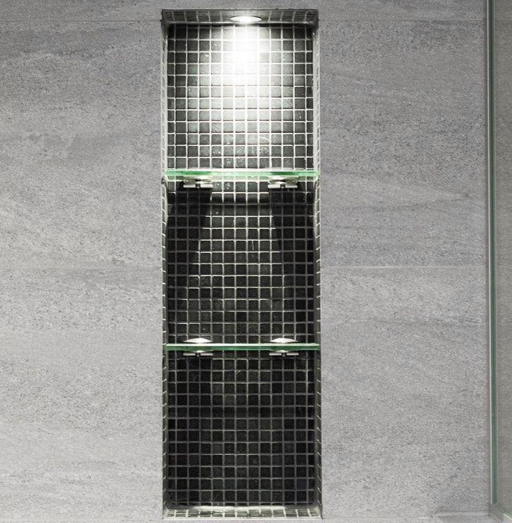 """""""Valaistu, lasihyllyinen syvennys sampoopulloille ja muille suihkutuotteille on kaunis yksityiskohta. #laattapiste #laatta #laatat #madagascar #kylpyhuone…"""""""