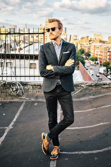 上はかっちり、下はカジュアルな着こなしがおすすめ。オフィスにも休日にも◎40代アラフォー男性におすすめのスーツジャケットコーデ。