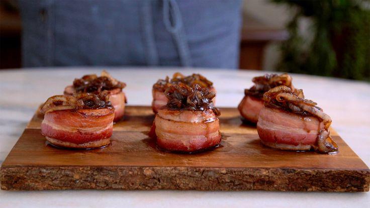 Receita com instruções em vídeo: Medalhão de porco com bacon e cebola caramelada, uma ótima opção de prato sofisticado e delicioso para um jantar com os amigos. Ingredientes: 500g de medalhões de lombinho de porco, 250g de bacon fatiado, Sal, Pimenta, 1 colher de chá de azeite de oliva, 1 cebola em rodelas finas, 2 colheres de sopa de açúcar mascavo, 1 colher de sopa de vinagre balsâmico, 100ml de vinho branco seco