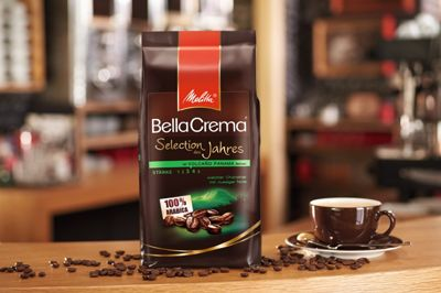 Melitta® BellaCrema® steht für Freude am Kaffee und echten Kaffeegenuss. Genau wie bei einem Orchester entsteht dieser durch ein harmonisches Zusammenspiel einzelner Elemente: Die Basis liefern die Melitta® Kaffee-Experten mit viel Leidenschaft und dem sicheren Gespür für richtig guten Rohkaffee. 100 % Arabica-Bohnen garantieren ein besonders vollmundiges Aroma und eine tolle goldbraune Crema.