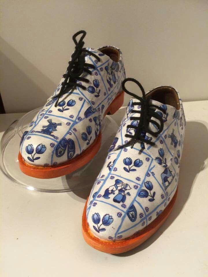 De schoenen heb ik wit gemaakt en helemaal ingesmeerd met mod podge voor buiten. Als het droog is heb ik er een servet opgelegd en gestreken. Daarna afgelakt met mod podge voor buiten. Laten drogen, bak papier erop en weer strijken. Het aflakken en strijken met de hotfix applicator met stijkijzertje heb ik 3x herhaald