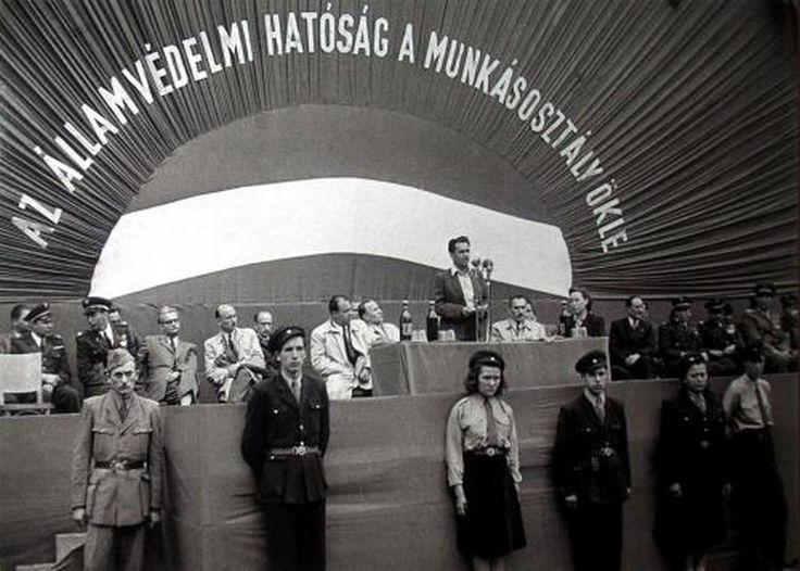 1949. Az Államvédelmi Hatóság a munkásosztály ökle. Rajk László beszél, tőle balra Kádár János az akkori belügyminiszter.jpg