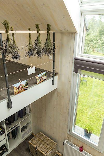 Zajímavým prvkem domu je úzké vysoké okno, které přechází až ve střešní.