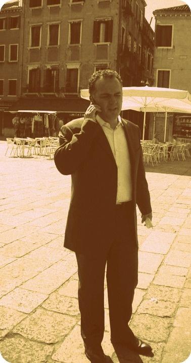 Andrea è il CEO dell'azienda...sempre super impegnato, anche nella foto sta ovviamente telefonando!
