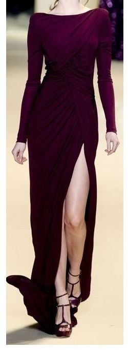 Mother of the bride outfit burgundy gown asymetric | Instagram: closet_white