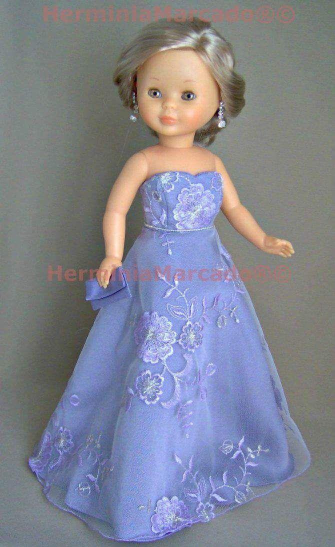 Vestido largo bordado de color azul con escote corazón.