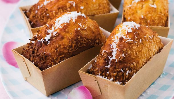 Endnu en opskrift fra Badehotellet der får tænderne til at løbe i vand. Lækre små svampede muffins som ligner små kokostoppe udenpå, men smager som lækre svampede muffins indeni.