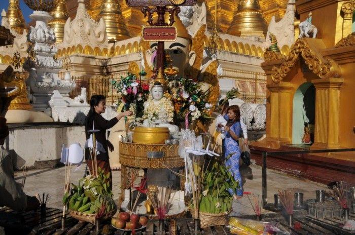 A la pagode de Sschwedagon, chacun honore son Bouddha ©Salaün Holidays