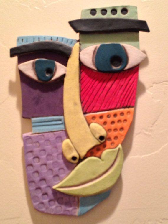 Visage en céramique colorée à la main 11 1/2 X 7 3/4 prêt à accrocher. Englobe Coloriage, non vitré entraînant un plat mat finish.