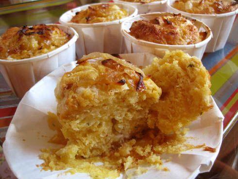 Point de cupcakes de Pâques sur ce blog. Non parce que les cloches avaient promis d'être généreuses (et l'ont été !). Une bonne idée pour un apéritif printanier cependant : des muffins salés au chèvre et aux oignons caramélisés au miel, parfumés de thym et relevés d'une pointe de piment. Le premier essai il y a quelques semaines fut un échec. J'ai cherché le moyen d'obtenir la recette que j'avais en tête. La nouvelle tentative de ce week-end fut un succès! Denses et parfumés, justement…