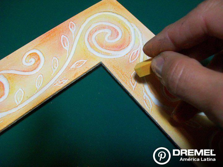 Paso 6) Pintar con pasteles a la tiza, de sus colores favoritos.