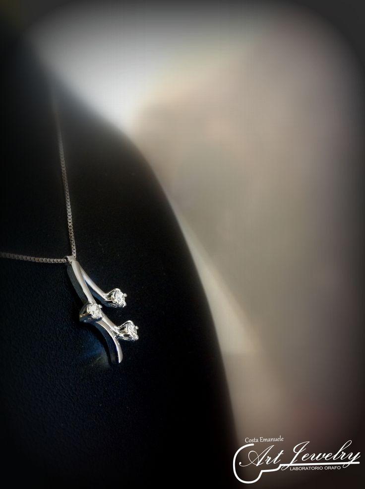 Pendete trilogy realizzato in oro bianco ed impreziosito da diamanti. https://www.facebook.com/gioiellicosta/ https://www.instagram.com/costaemanuele_artjewelry/  Photo: Noemi Barolo