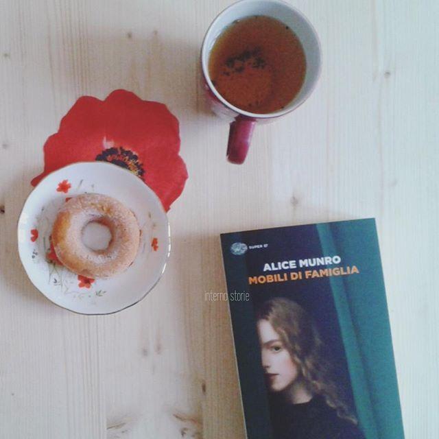Mi appresto a leggerti, cara Alice. Mi darò una nuova possibilità dopo lo sfortunato tentativo con Le lune di Giove. Ho molto tempo a disposizione da dedicarti. Buona domenica #internostorie #alicemunro #einaudieditore #breakfast #buongiorno #poppy #summerreading #summer #tea #pursuepretty #bookworm #libri #bibliophile #books #bookblog #darlingmovement #livefolk #colazione #teajournal #vintage #morning #morninglikethese