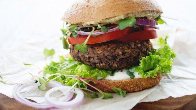 Les filles futées, Alexandra Diaz et Geneviève O'Gleman, nous livrent quelques-unes de leurs recettes fétiches. Cette semaine : le Végé-Burger aux haricots noirs.