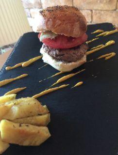 Τώρα που θα υπάρχει χρόνος πολύς στο σπίτι, η Food Blogger Νάντια Μαρκοπούλου μας έχει υπέροχο burger με δικό μας σπιτικό ψωμάκι συνοδευόμενο με σαλάτα και σως της αρεσκείας σας.